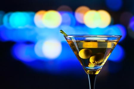 bebidas frias: vidrio con martini, se centran en una aceituna