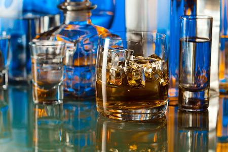 tomando alcohol: bebidas alcoh�licas en el bar en la mesa de cristal