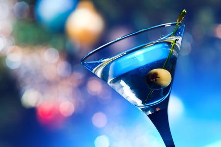 cocteles: dry martini con aceitunas, se centran en una baya Foto de archivo