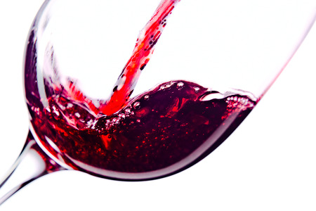 El vino tinto en copa de vino en el fondo blanco Foto de archivo - 35132471
