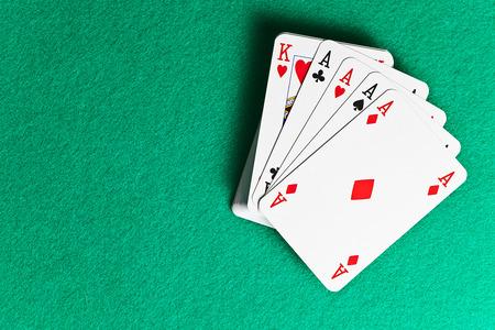 cartas de poker: jugando a las cartas en la mesa verde en cacino Foto de archivo