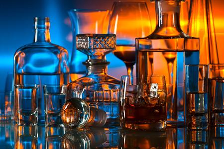 tomando alcohol: bebidas alcohólicas en el bar en la mesa de cristal