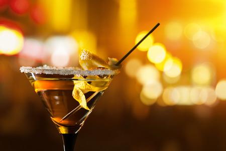 coctel de frutas: martin con limón antes de una ventana en la barra Foto de archivo
