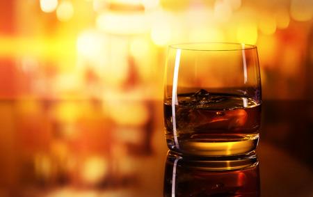 alcoholische drank met ijs op een glazen tafel in bar