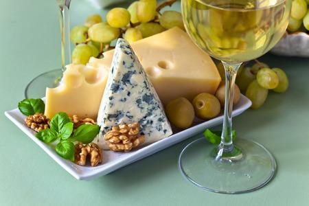 queso blanco: Queso con frutas en la mesa de la cocina