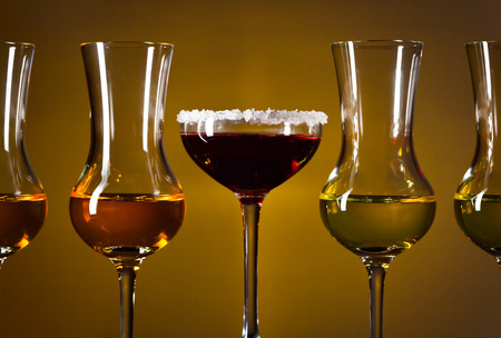 bebidas alcohÓlicas: Vasos con bebidas alcohólicas en un fondo oscuro Foto de archivo