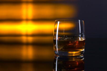 whisky et de la glace sur une table en verre