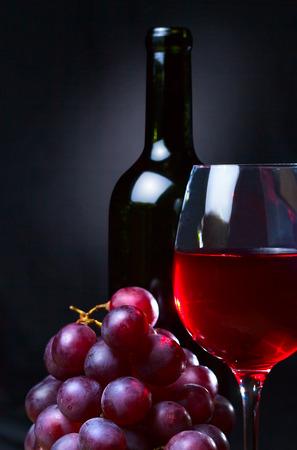 grapes: vino tinto y uvas en negro
