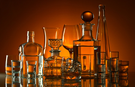 bebidas alcohÓlicas: bebidas alcohólicas en el bar en la mesa de cristal