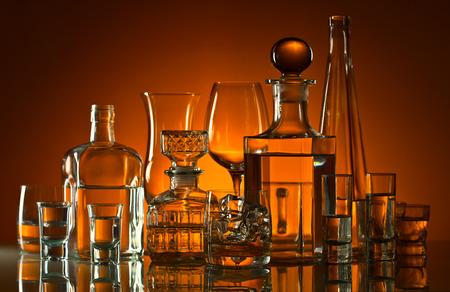 alcool: des boissons alcoolisées dans un bar sur la table de verre Banque d'images