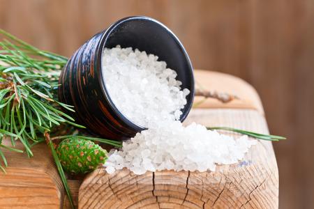 sal: La sal del mar y rama de pino en una vieja mesa de madera