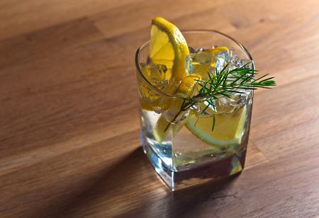 enebro: Gin con limón, hielo y rama de enebro