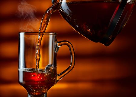 Die heißen schwarzen Tee im Glas