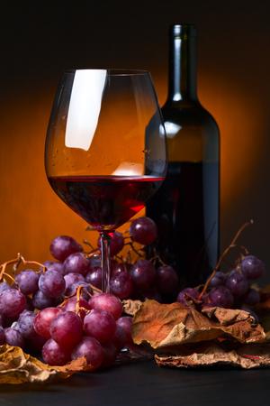 hojas parra: vino tinto con uvas y hojas de vid