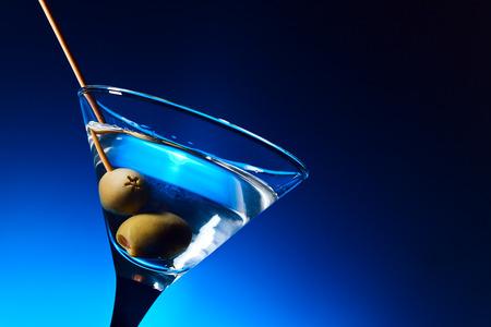 copa martini: dry martini con aceitunas, se centran en una baya Foto de archivo