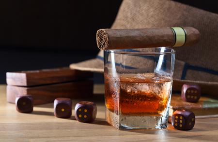 tomando alcohol: whisky y dados sobre una mesa de madera Foto de archivo