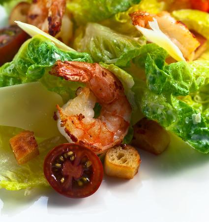 ensalada cesar: ensalada C�sar con tomates, tostadas y camarones Foto de archivo
