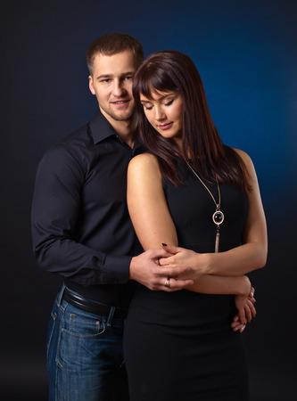 parejas enamoradas: La pareja en el amor sobre fondo negro