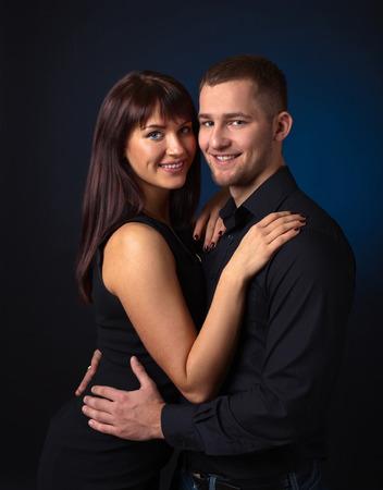 femme romantique: Le couple dans l'amour sur un fond sombre