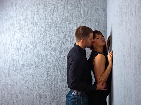 parejas sensuales: La joven y bella pareja en el amor