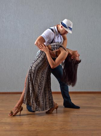bailarines de salsa: La joven pareja de baile en la sala vacía Foto de archivo