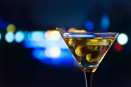 tomando alcohol: glass with martini , focus on a olives Foto de archivo