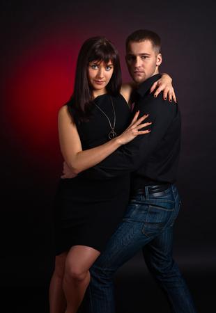 femme romantique: Le jeune couple qui danse sur fond DATK