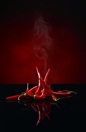 Strahl roten Chili-Pfeffer auf schwarzem Hintergrund Standard-Bild - 52495997