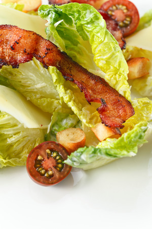 ensalada cesar: Caesar salad with tomatoes ,toasts  and bacon