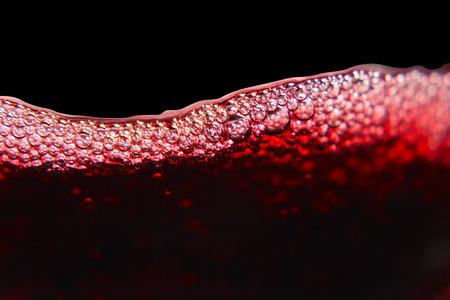 Rode wijn op zwarte achtergrond Stockfoto