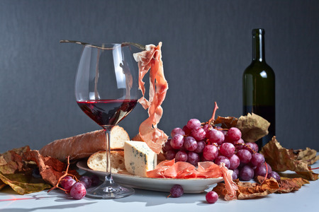 grapes, bread and snacks to red wine