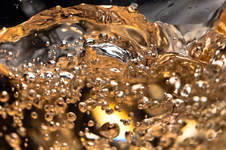 Weißwein im Glas auf schwarzem Hintergrund, abstrakte Spritzwasser. Standard-Bild