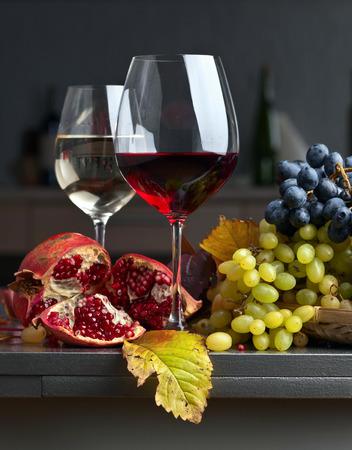 熟したジューシーなブドウと台所のテーブルの上にワインのガラス