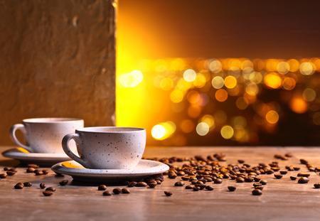 Des tasses de café noir et de haricots rôtis