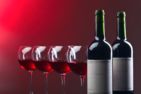 ボトルと赤ワインのグラス。古い紙ラベル.領域をコピーします。テキストの無料スペース。 写真素材