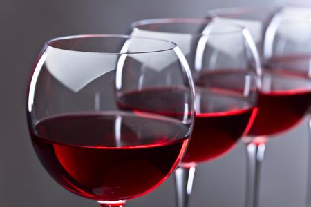 暗い背景に赤ワインのガラス 写真素材