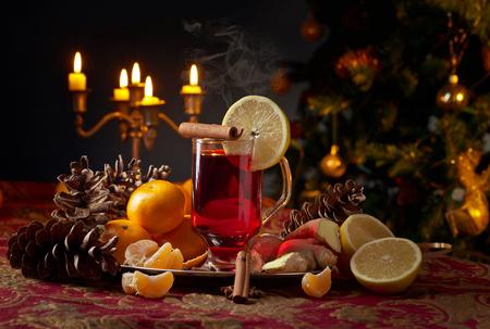 スパイス、レモン、みかんと温めワイン。クリスマスのコンセプト。 写真素材 - 89343267