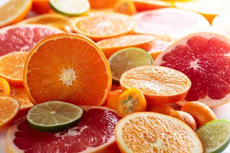 Cerca de frutas cítricas. Trozos de limón, lima, mandarina, pomelo rosado y naranja. Enfoque selectivo.
