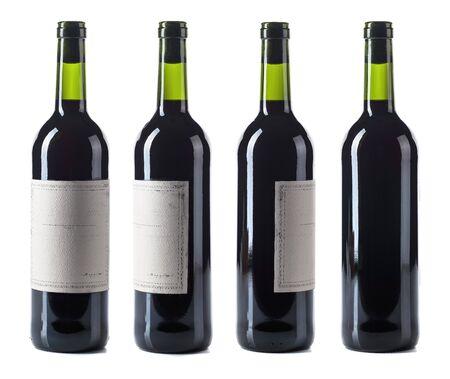 Botella de vino tinto aislada sobre fondo blanco. Etiqueta de papel vintage vacía.