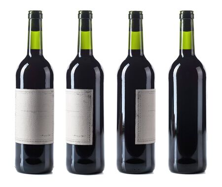 Bottiglia di vino rosso isolata su uno sfondo bianco. Etichetta di carta vintage vuota.