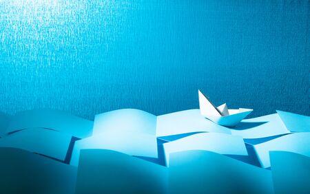 Navire de papier dans la mer de papier. Concept du thème de la bureaucratie. Espace de copie.