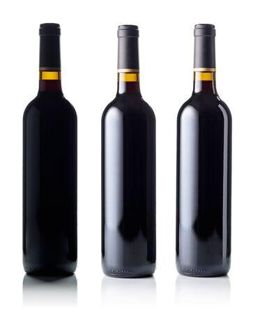 Rode wijnfles die op witte achtergrond wordt geïsoleerd.