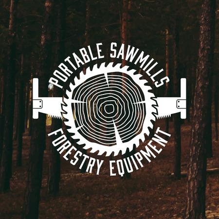 herramientas de trabajo: etiqueta aserradero en el fondo del bosque