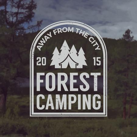 arbol de pino: vector acampar emblema. al aire libre símbolo de actividad con la textura del grunge en el fondo paisaje de montaña