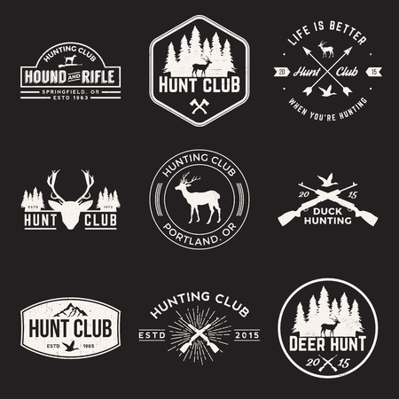 fusil de chasse: ensemble de vecteur d'étiquettes de club de chasse, des badges et des éléments de conception avec des textures grunge Illustration