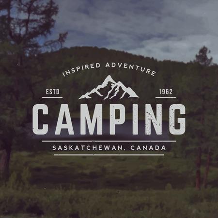 montagna: vettore campeggio emblema. simbolo di attività all'aperto con texture grunge su montagna paesaggio di sfondo Vettoriali