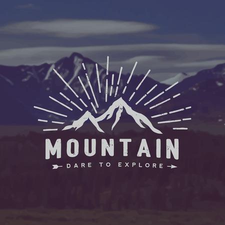 montagna: vettore esplorazione montagna emblema. simbolo di attività all'aperto con texture grunge su montagna paesaggio di sfondo
