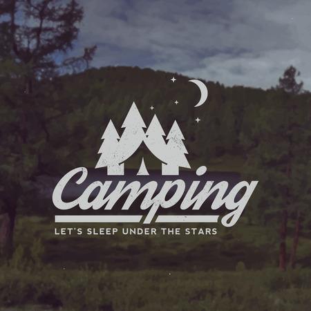 キャンプのベクトルエンブレム。山の風景を背景にグランジ テクスチャと野外活動のシンボル