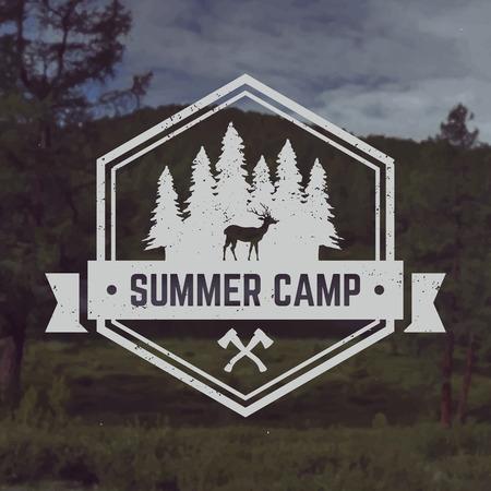 campamento: vector acampar emblema. al aire libre símbolo de actividad con la textura del grunge en el fondo paisaje de montaña