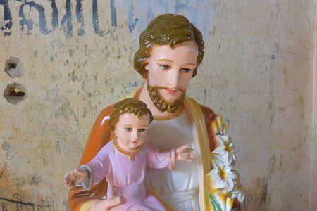 Der heilige Josef hält das Jesuskind, Skulptur